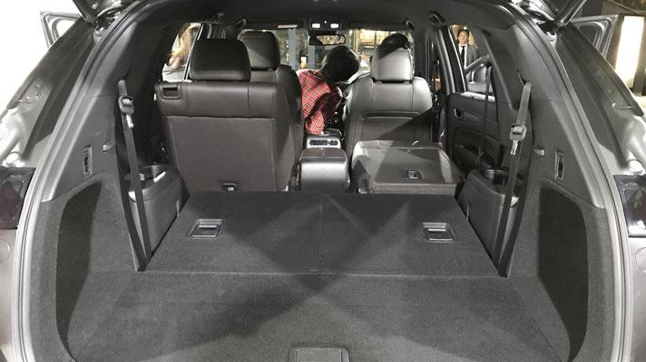 セカンド・サードシートのシートバックを前方に倒せば、大人が横になれるほどの広いスペースが出現。
