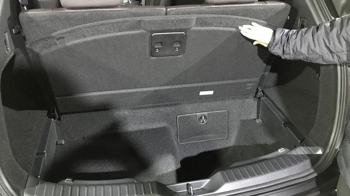 6人乗車時でも充分なスペースのあるラゲッジルーム。更に深さ307mmのサブトランクもあり、かさばる荷物も便利に収納することができます。