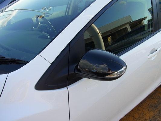 専用色(ジェットブラックマイカ)のドアミラー。LEDドアミラーウインカー付です。