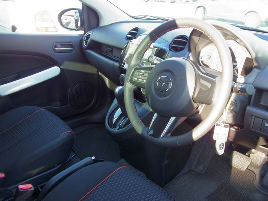 車内はスポルトのシートにグロッシーダークグレーインテリア。複数色から選択できる左右のエアコン部分のリングとウィンドウスイッチ周りはホワイトに。