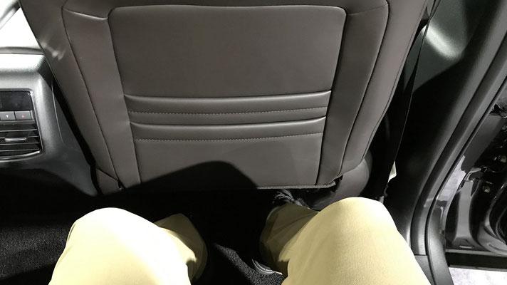 足元や頭部分などが非常に広々としてゆったり座ることのできる2列目部分