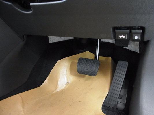 アクセルにはオルガンペダルを採用。DEに比べ足元の空間がぐっと広くなり、自然なドライビングポジションをとることが出来ます。