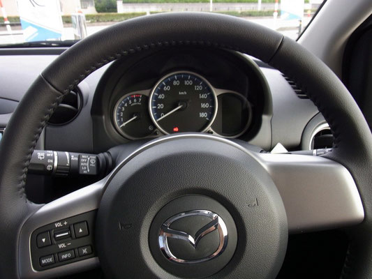 運転席。メーターカラーは専用色です。