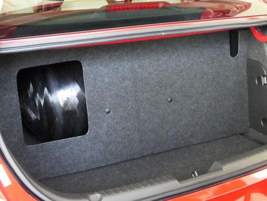「Mazda3 SKYACTIV-CNGコンセプト」の荷室に配置されているCNGタンク。