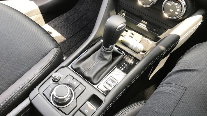 電動パーキングブレーキが採用され、すっきりとした印象になったセンターコンソール部分。アームレストの下には、カップホルダー(2本分)や小物入れとして使える、仕切り板付きの収納ボックスがあります。