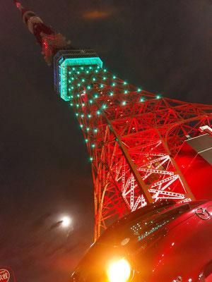 41枚目はC-M様からCX-30。夜に浮かぶ東京タワー・満月とCX-30が、カラーと相まって幻想的な雰囲気です。
