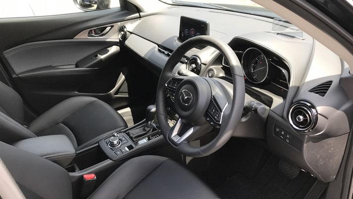 センターコンソール部分やカラーリング変更により、上質感を増した車内。 PROACTIVE S Packageでは、シートが「合皮+ファブリック」という構成になっています。