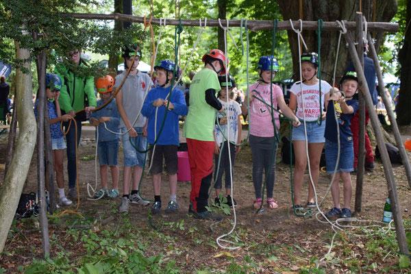 In der Knotenschule lernen die Kinder die wichtigsten Kletterknoten Ulrike von Raison DSC_1504