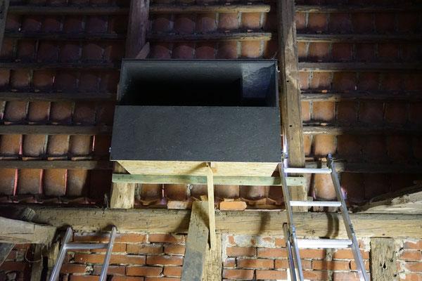 Einbau eines Schleiereulenkastens in einer Scheune. Foto: A. Krueger