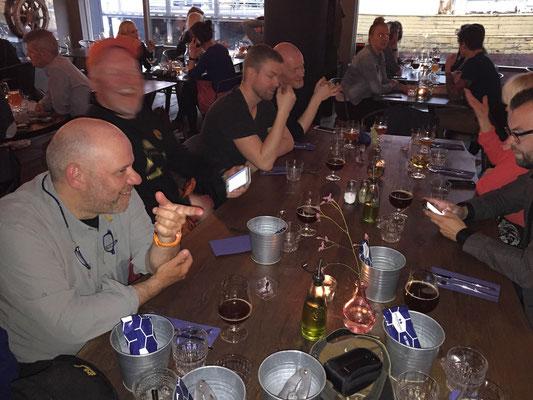 letzter Abend in Reykjavik; Misch mit typischer Handbewegung...