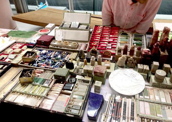 篆刻家さんのお店。魅力的な印や印材が、所狭しと並んでいます!