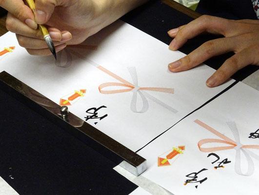 線の癖や雰囲気を見て、一人ひとりの手に合った字の形を教えてもらいます。