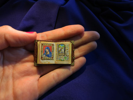 Book of Hours inspired on the Book of Simon de Varie, Paris 1455. Painted with watercolor and gold leaf, leather bind 2,7x4cm