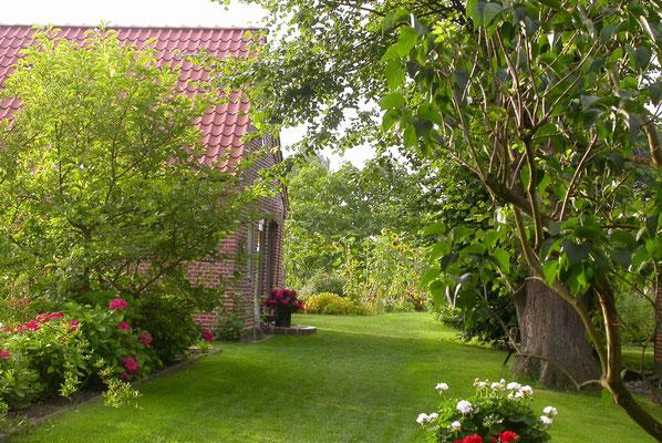 Blick in den Garten - links das Backhaus
