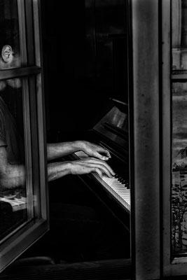 Klavierspieler, verdeckt