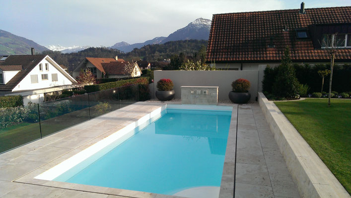 Poolanlage mit Travertin- Abdeckplatten
