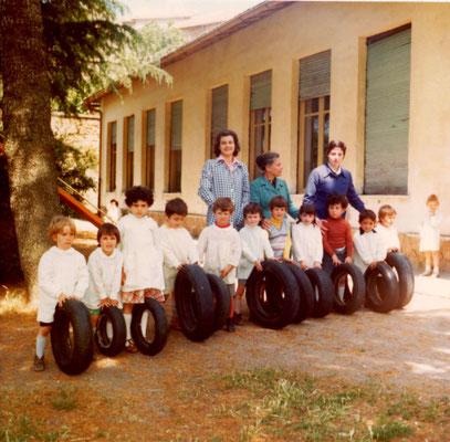 Scuola materna di Pietrara, giugno 1977, si riconoscono le maestre Tomassina Cherubini, Rosella Berni, Cinzia Burla.
