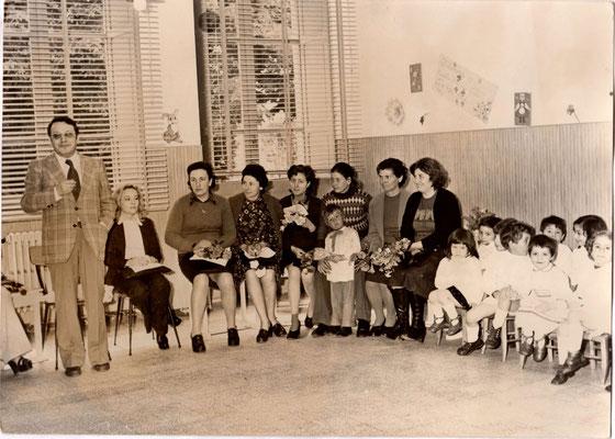 Scuola materna di Piazza Cavour, 10 maggio 1975, festa della mamma; in piedi il Direttore Didattico Umberto Ragonesi.