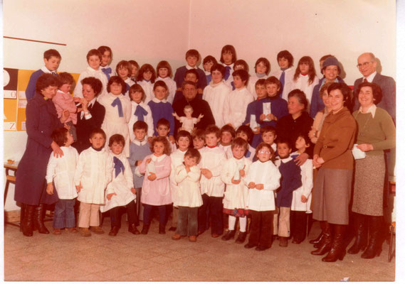Scuola materna ed elementare di Cinelli, gennaio 1978; al centro il parroco don Cheris Landi.