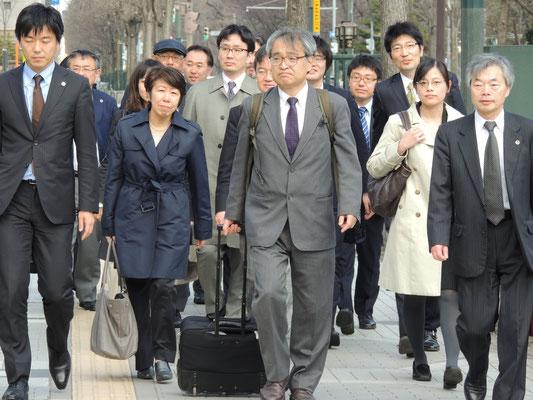 第1回口頭弁論 裁判所に向かう植村氏と弁護団 2016.4.22