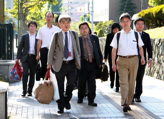 第9回口頭弁論 裁判所に向かう植村氏と弁護団 2017.9.8