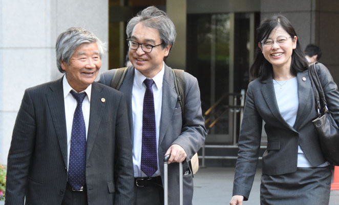 第5回口頭弁論 終了後、裁判所前で中山武敏弁護団長(左)と上田絵里弁護士(右)と 2016.5.18