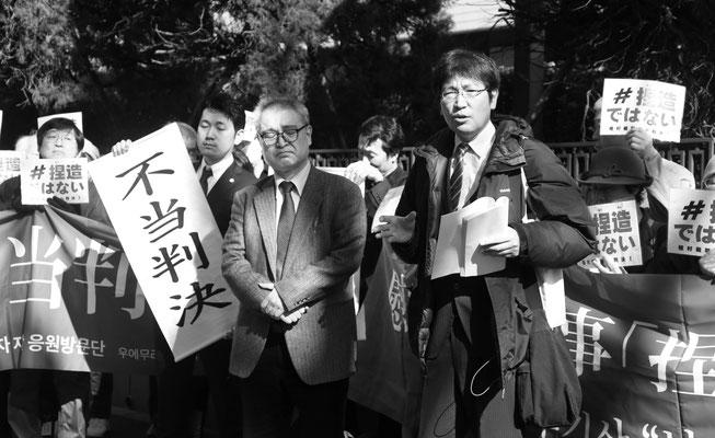 控訴審判決 裁判所前で報告する神原元弁護士 2020.3.3
