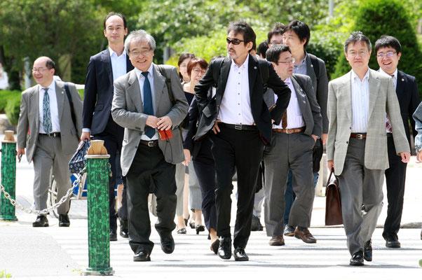 第12回口頭弁論 裁判所に向かう植村氏と弁護団 2018.7.6