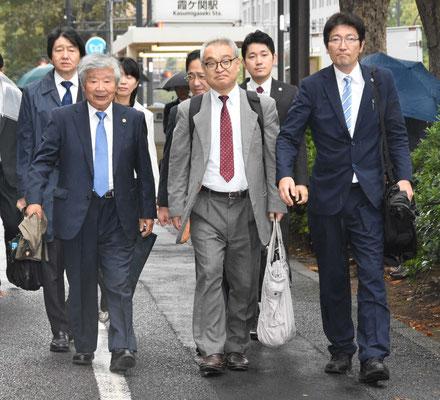 控訴審第1回口頭弁論 裁判所に入る植村氏と弁護団  2019.10.20