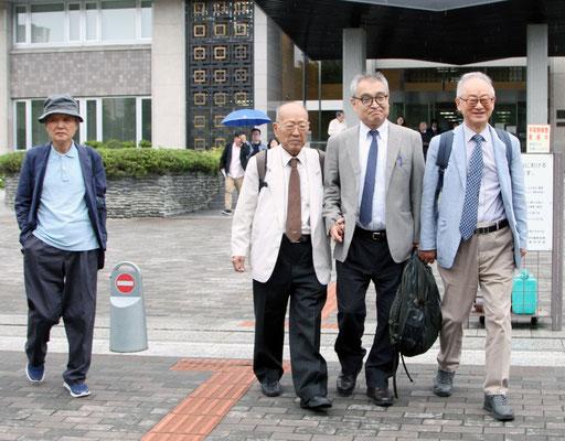 控訴審第2回口頭弁論後、高裁前で李富栄氏(右)、李京禧(左)氏と  2019.7.2