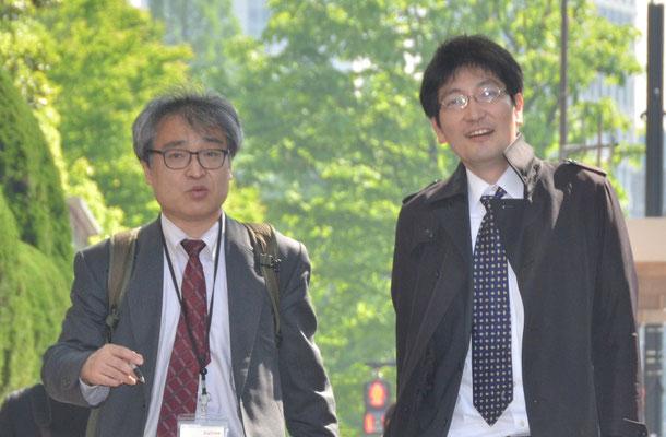 第1回口頭弁論 裁判所前で神原元弁護士と植村隆氏 2015.4.27