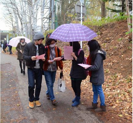 北星学園大学キャンパスでビラ配りをする学生たち 2014.10