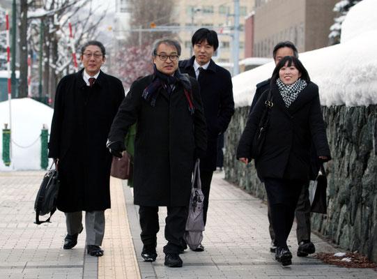 第5回口頭弁論 裁判所に向かう植村氏と弁護団 2016.12.16