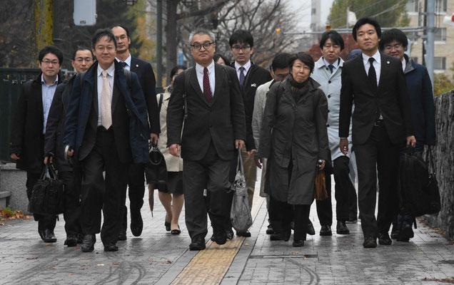 札幌地裁判決言い渡しの日 裁判所に向かう植村氏と弁護団 2018.11.9