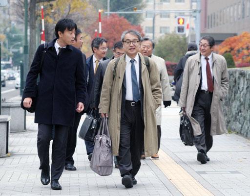 第4回口頭弁論 裁判所に向かう植村氏と弁護団 2016.11.4