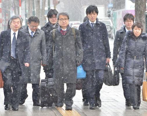 札幌地裁に提訴に向かう植村氏と弁護団 2015.2.10