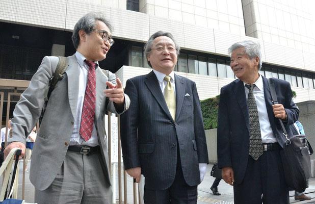 東京弁護団長中山武敏弁護士(右)と小林節弁護士(中)と