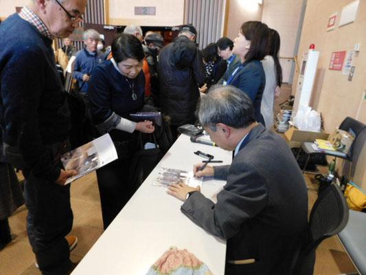 新春支援コンサート 閉演後サインに応じる植村さん 2018.1.6