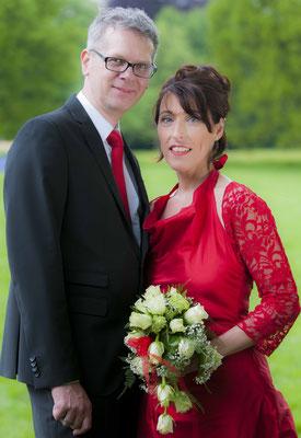 """rotes Brautkleid aus Seide """"Sternentanz"""" mit Bolero aus roter Spitze"""