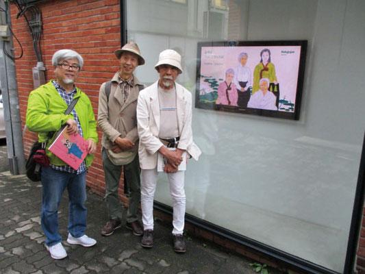 ユン・ソクナムさんの個展の会場前