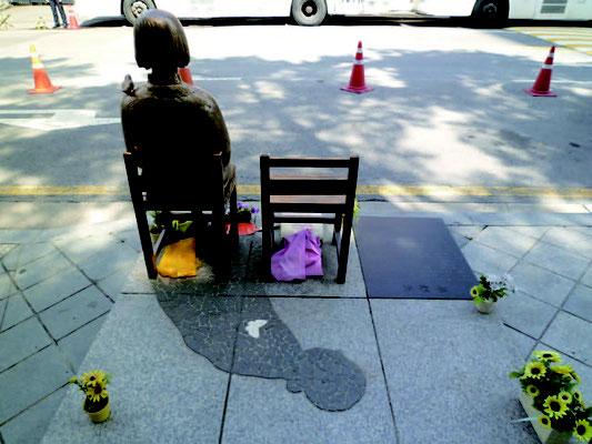 日本大使館前の少女像後姿(* 2013 年、 筆者 が撮影)