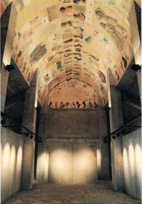 見上げるアーチの天井に貼られた 憑かれた者たちのデッサン群