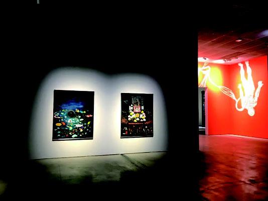 富山妙子 〈南太平洋の海底で〉1985 年( 左) 〈菊花幻影〉 1999 年( 右)