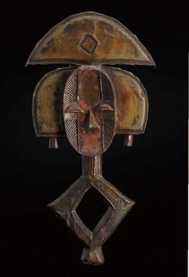 遺骨籠の守護神 ガボン コタ 木、真鍮、銅  高さ525mm