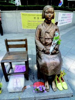日本大使館前の少女像(* 2013 年、 筆者 が撮影)