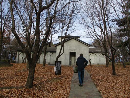 COVID-19 の下、冬枯れの雑木林に建つ無言館に向かうオザキ会員