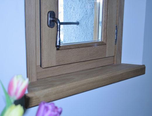 finestra e davanzale in legno su misura