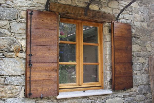 finestra in legno con traversini