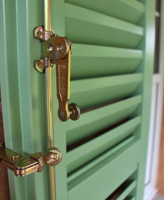 persiana in legno a lamelle romboidali