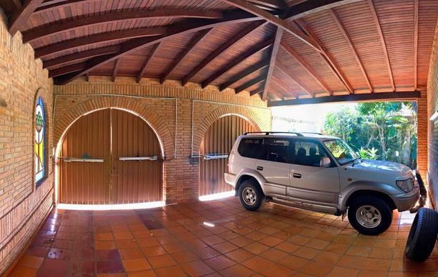 Dos estacionamientos bajo techo con portones eléctricos